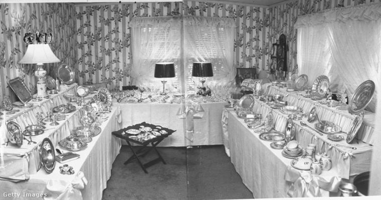 amely a menyasszony hálószobájában készült, ahol az esküvő előtt szépen elrendezték a nászajándékokat