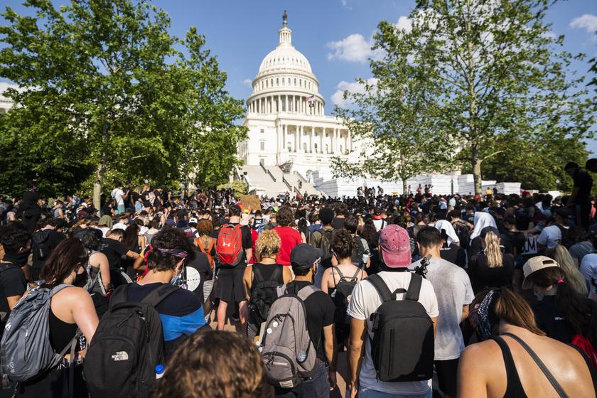 Tüntetők a törvényhozás washingtoni épülete, a Capitolium előtt imádkoznak 2020. június 4-én.