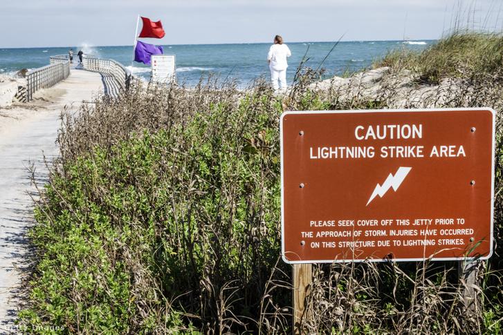 Egy villámveszélyre figyelmeztető tábla a floridai Sebastian Inlet State Park egyik strandján.