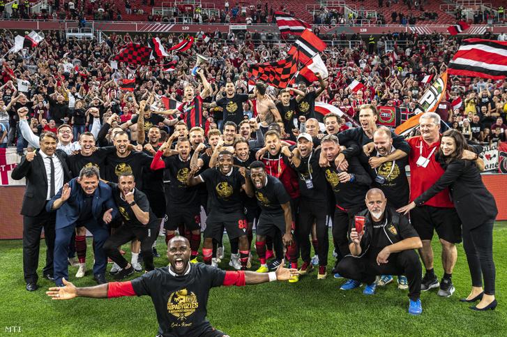 A Honvéd csapata a 2-1-re megnyert kupadöntő után.