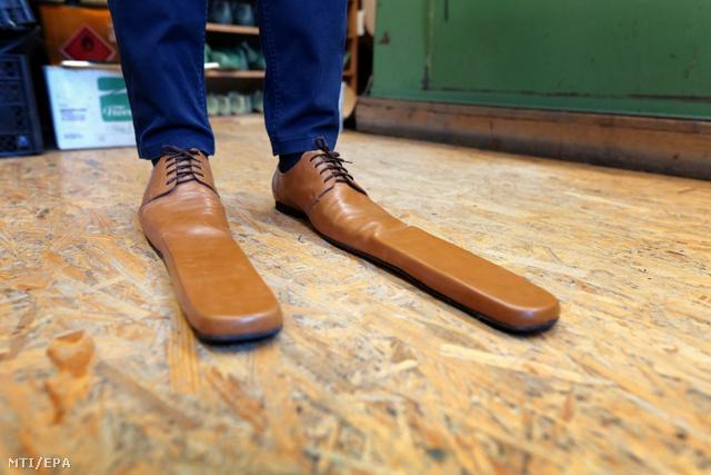 Két pár ilyen cipő már biztonságos, 150 cm-es távolságot biztosít két ember között
