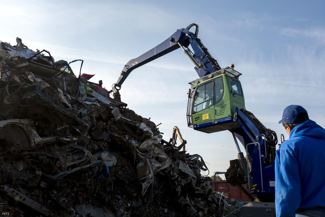 Feldolgozásra váró hulladék egy budapesti telepen 2018. november 7-én.