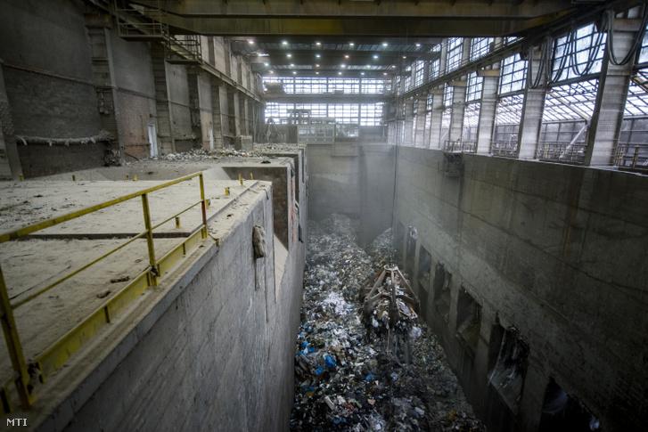 Hulladékot emel egy 10 tonna teherbírású markoló Rákospalotán a Fővárosi Hulladékhasznosító Műben 2018. július 23-án. Magyarország egyetlen kommunális hulladéktüzelésű erőműve amelyet a Fővárosi Közterület-Fenntartó Nonprofit Zrt. (FKF) üzemeltet naponta.