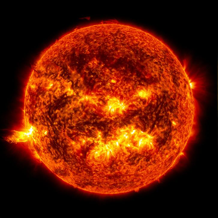 A Napról 2013. június 20-án készült felvételen egy fler (a naplégkör egy korlátozott részének hirtelen erős kifényesedése) látható a kép bal oldalán.
