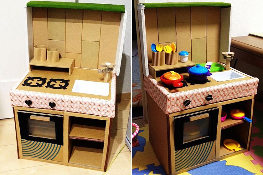 Fogj pár kartondobozt, az egyikből vágd ki a sütő ajtaját, majd fesd körbe, mellé pedig készíts egy polcos szekrényt. A tűzhelybe ragassz egy belső szintet, ahová a tepsi kerül. A tetejére egy keskenyebb kartondoboz kerülhet, ez lesz a főzőlap, amit különböző színű csomagolópapírral dobhatsz fel. A kis mosdó csapjáról se feledkezz meg!
