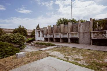 A szocializmusban azonban modern betonkiegészítéseket kapott, amelyek elég riasztó látványt nyújtanak
