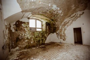 Az épület belső terei nehezen használhatók, erősen vizesednek