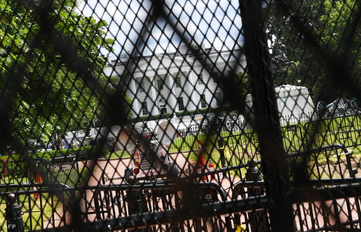 A tüntetések miatt felhúzott biztonsági kerítések a Fehér Ház körül Washingtonban 2020. június 5-én