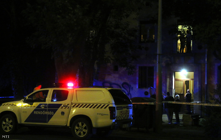 Rendőrségi zárás egy miskolci társasháznál, ahol egy lakásban rálőttek egy 72 éves nőre 2020. június 5-én.