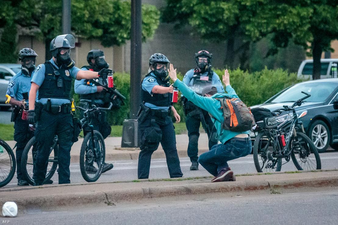 Minneapolisi rendőr fúj le paprikasprével egy tüntetőt 2020. május 31-én