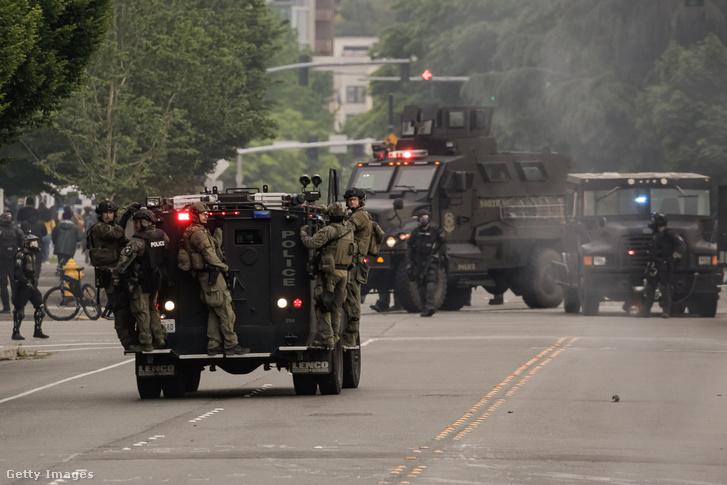 Páncélozott rendőrségi járművek vonulnak a George Floyd halála miatt kezdődött tüntetések miatt a Washington állambeli Bellevue-ben 2020. május 31-én