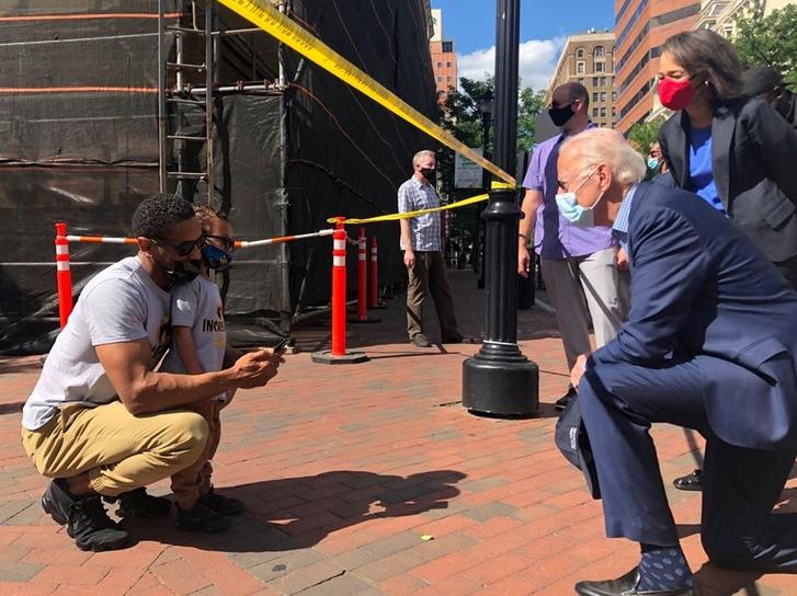 Joe Biden elnökjelölt látogat el a George Floyd halála miatt tartott előző napi tüntetés helyszínére a Delaware államban lévő Wilmingtonban 2020. május 31-én
