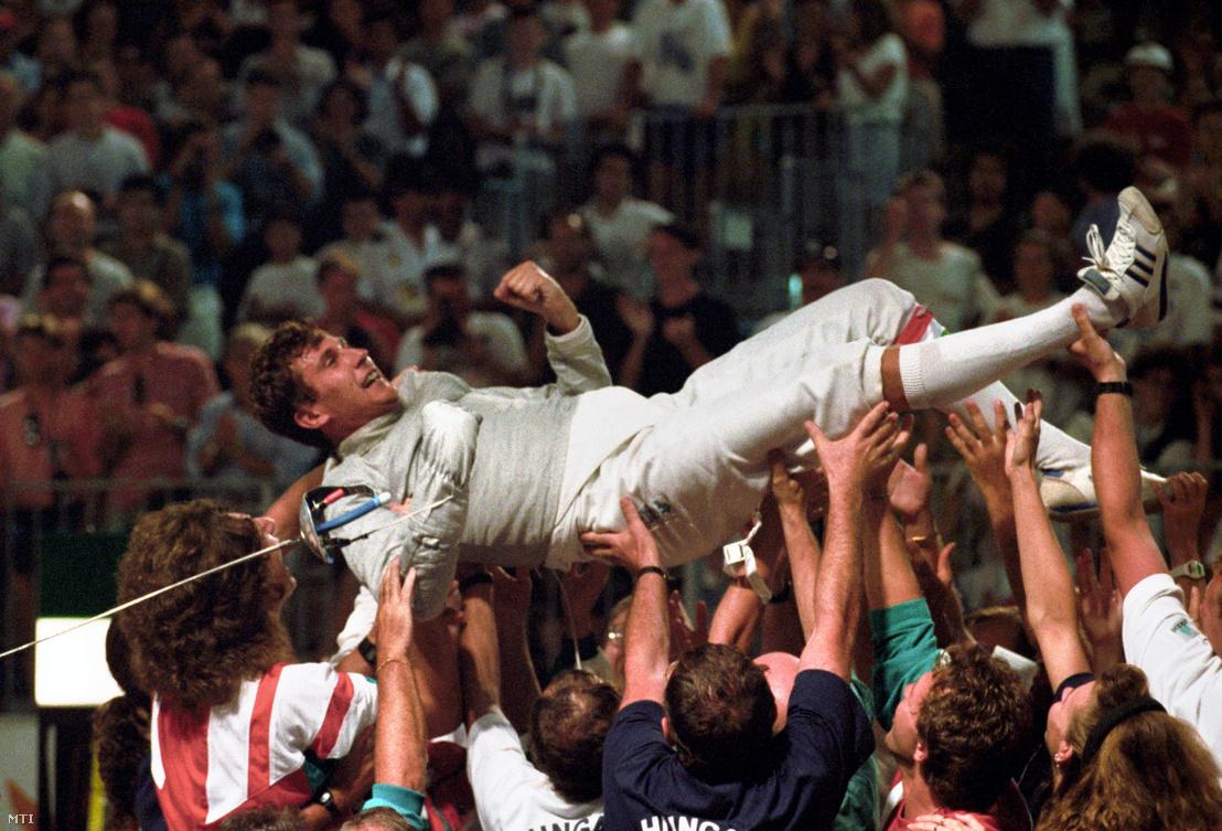 Szabó Bencét a levegőbe dobálják a szurkolók miután a kardvívás egyéni döntőjében legyőzte az olasz Marco Marint a XXV. nyári olimpiai játékokon
