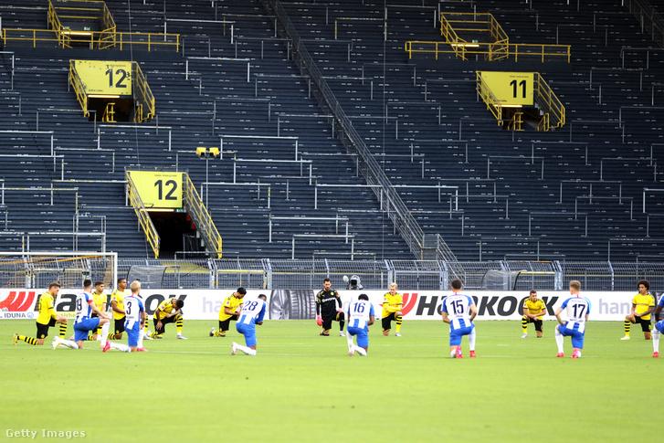 A George Floydra emlékező focisták a Dortmund-Hertha előtt.