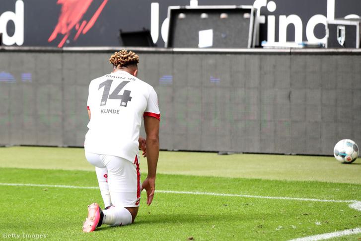 Pierre Kunde Malong térdre ereszkedve ünnepli a Frankfurtnak lőtt gólját.