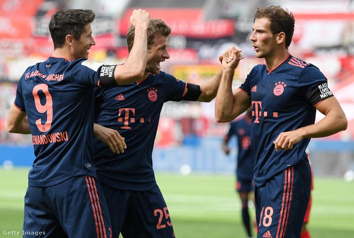 A Bayern München játékosai a Black Lives Matter feliratú karszalaggal.