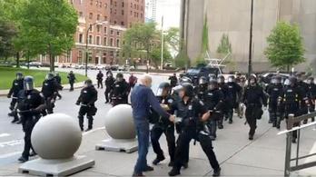 Hét év börtönt is kaphatnak a rendőrök, akik ellökték a 75 éves tüntetőt
