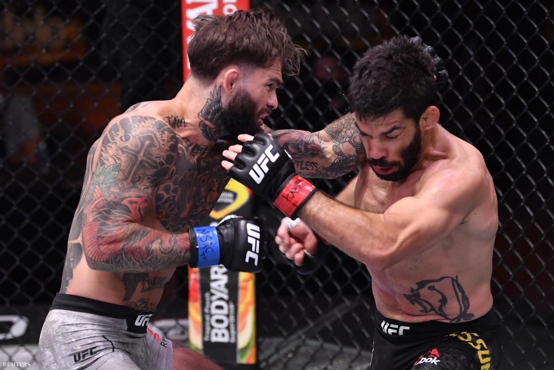 Cody Garbrandt üti épp Raphael Assuncaót az UFC gálán