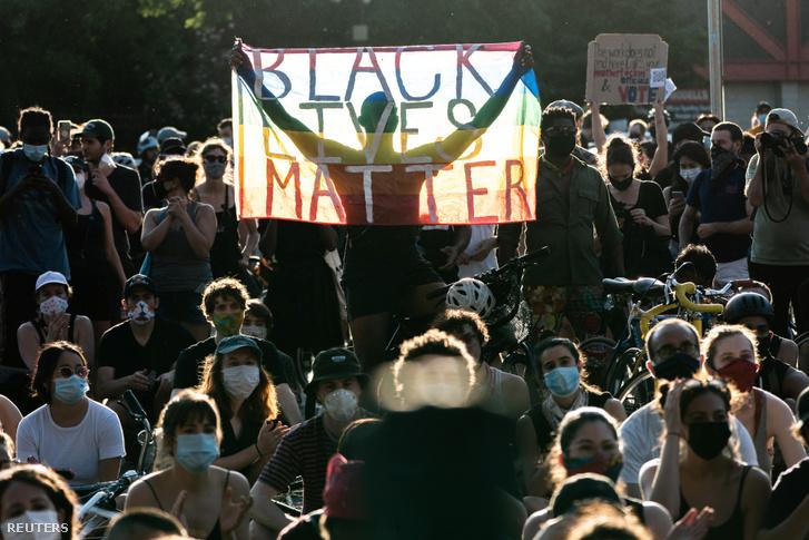 Tüntetők a tegnapi New York-i George Floyd halála miatti tüntetésen