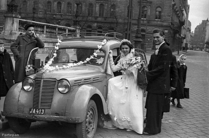 Egy Renault Juvaquatre taxi az ötvenes évekből