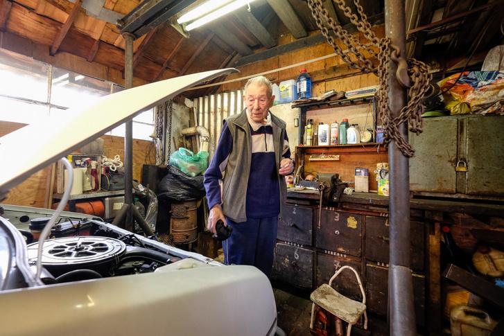 A Daihatsuval a garázsban