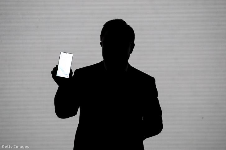 DJ Koh, a Samsung Electronics elnöke és vezérigazgatója bemutatja a Samsung Galaxy Note 10 telefont 2019. augusztus 7-én egy New York-i rendezvényen.