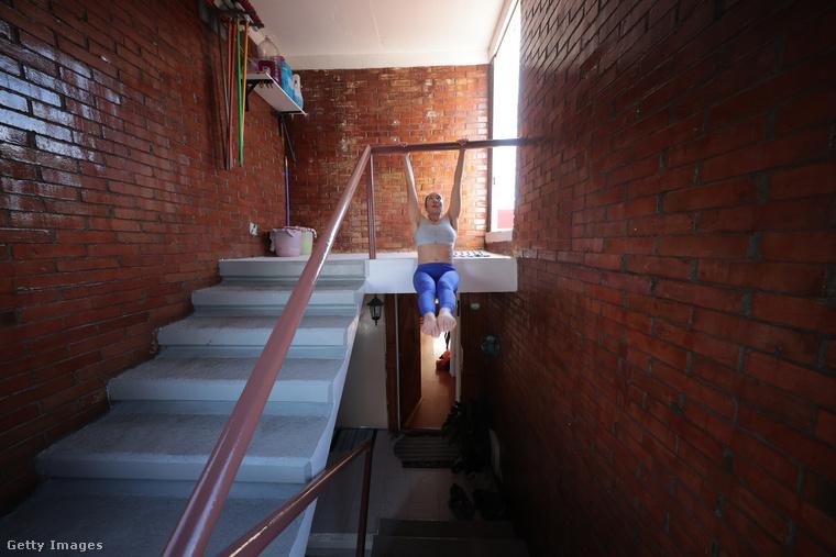 De nem csak nyújtás van természetesen, hanem erősítés is, méghozzá a lépcsőkorláton.