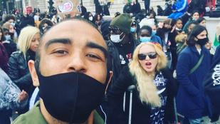 Madonna mankóval ment el tüntetni
