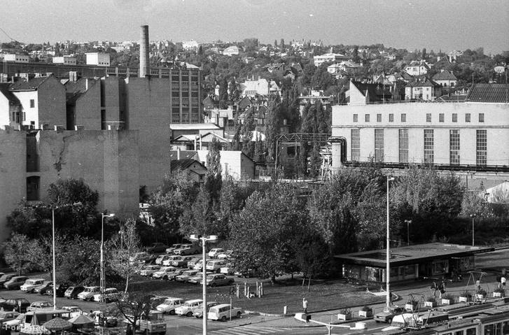 A Széna tér, amikor még parkoló volt rajta, a kép bal legszélén kvázi látható az Afit