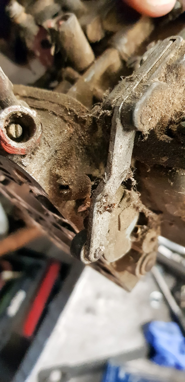 Ott lent, a tengely tövében van a jelentéktelen kis mechanikus fordulat-állító csavar. Ehhez soha nem kellett volna hozzányúlni, mégis tették