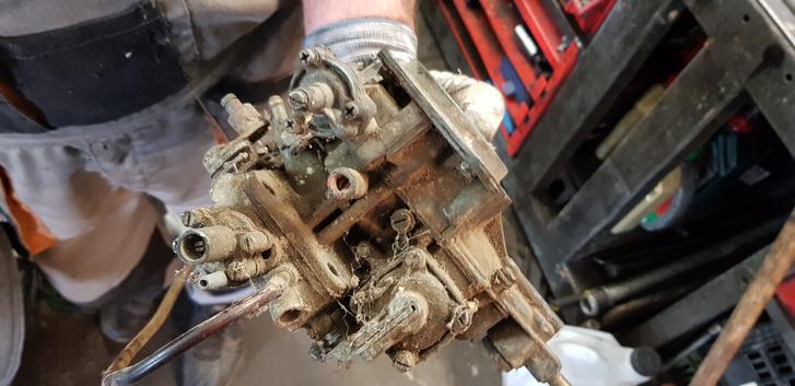 A hírhedt Ózon karburátor. A csőben a csavarral egyszerre lehetett alapjárati fordulatot és CO-t állítani