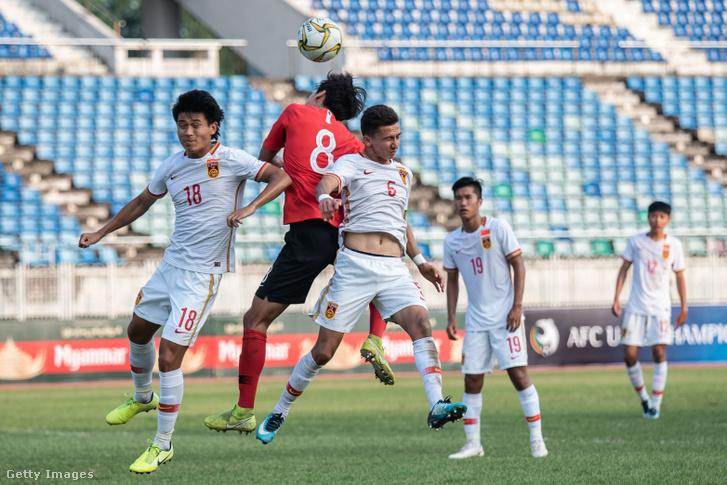 Fehérben a kínai U19-es csapat tagjai a Korea elleni világbajnoksági selejtezőn, 2019. november 10-én.