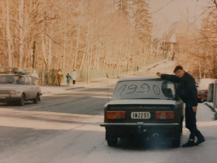 Zsolti a Ladával 1990-ben, amikor már nehéz volt meglátni benne az eredeti 1200-est - 1300-as lökhárító, kocka hátsó lámpák