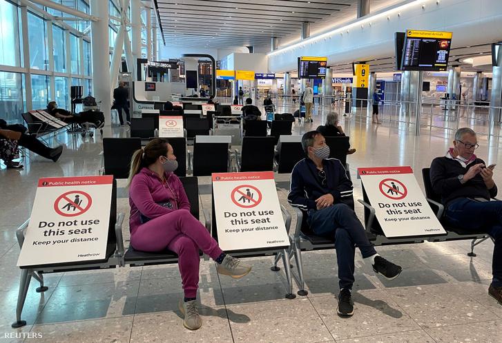 A koronavírus és a közösségi távolságtartás miatt kihelyezett táblák a Heathrow repülőtéren 2020. május 10-én