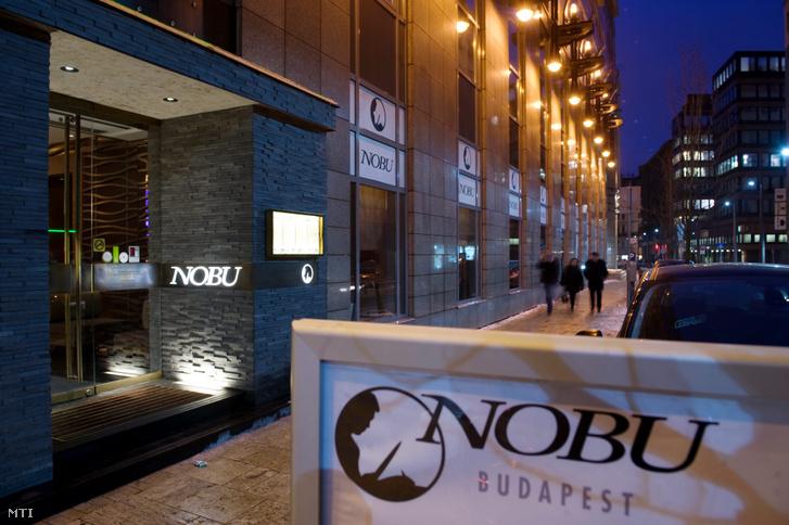A Nobu étterem bejárata Budapest belvárosában