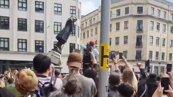 Bristolban a tüntetők ledöntötték és a folyóba dobták egy rabszolgatartó szobrát