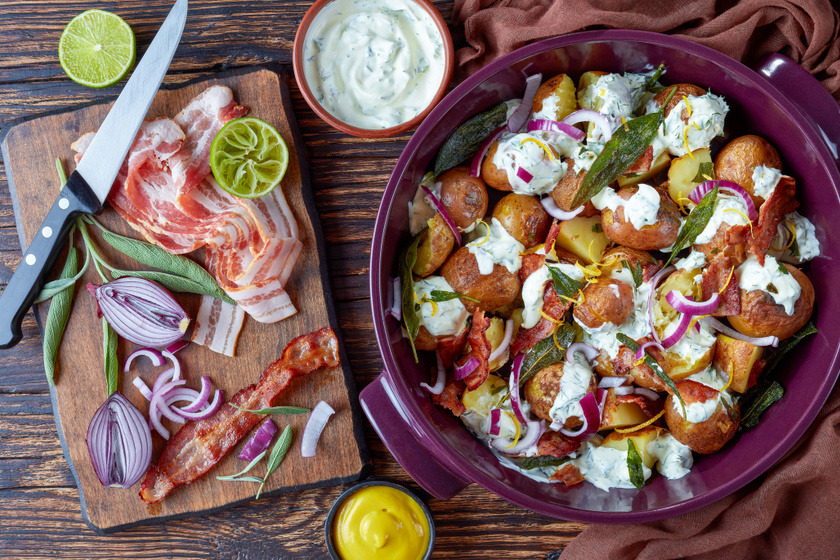 Fűszeres sült újkrumpli ropogós baconnel: joghurttal meglocsolva kitűnő egytálétel