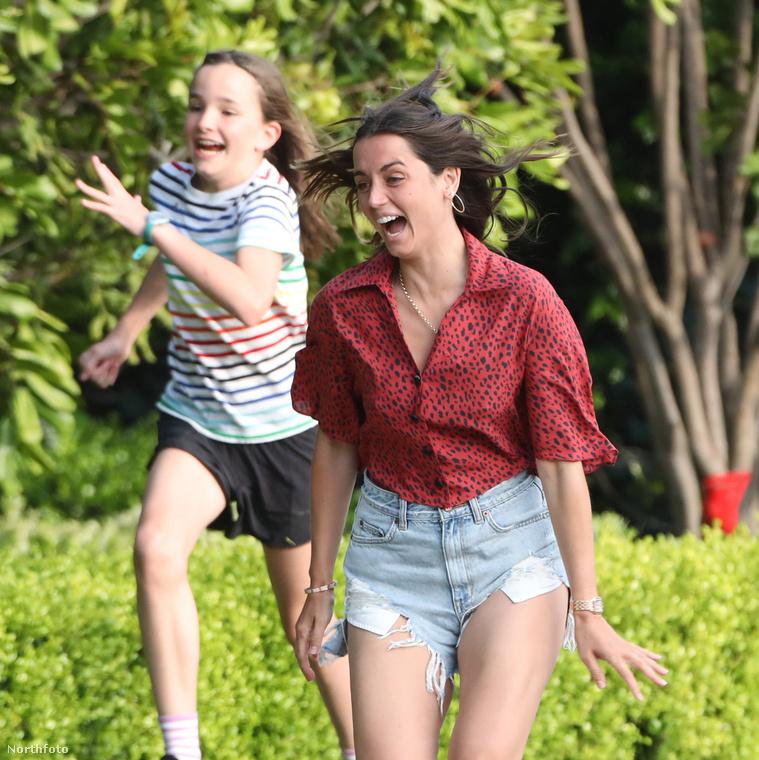 Ezt a felvételt választottuk ma a nap képének: az látható rajta, ahogy Ana de Armas színésznő versenyt fut Seraphina Affleckkel, aki a szerelme, Ben Affleck lánya