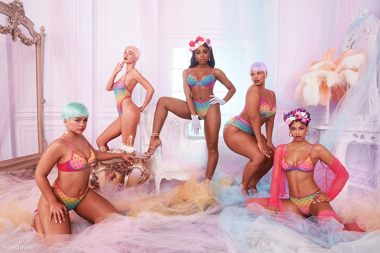 Ezen a képen is középen láthatják, a többi modellt mintha hozzá öltöztették volna.
