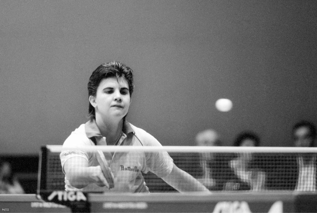 Bátorfi Csilla visszaüti a labdát a Magyarország–NSZK női Európa Liga asztalitenisz-mérkőzésen 1990. szeptember 18-án a Marcibányi téri sportcsarnokban. A találkozó a magyar csapat 6:1-es győzelmével zárult.