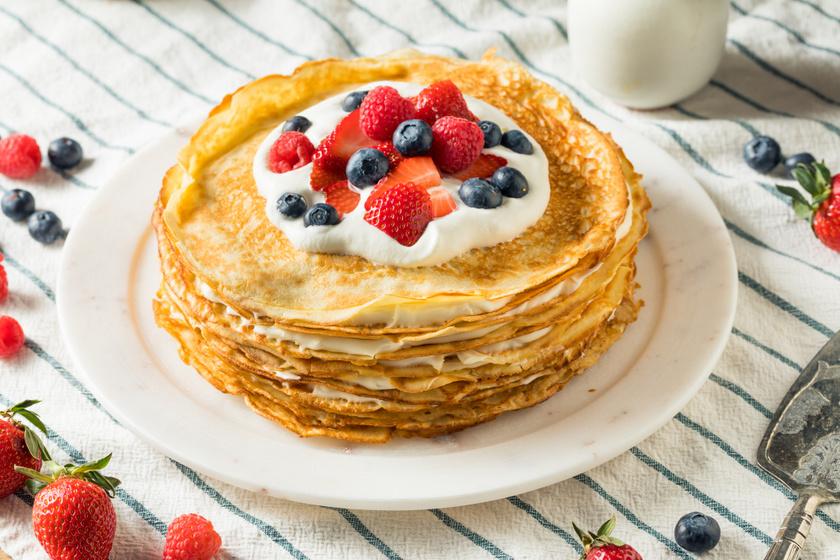 Emeletes tejszínes, gyümölcsös palacsinta: torta helyett is kínálhatod