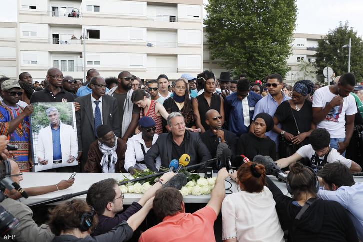 2016-ban néhány nappal Adama Traoré halála után testvére, a család ügyvédjével sajtótájékoztatót tart 2016. július 22-én a felmerült rendőri túlkapás okozta zavargások kapcsán.