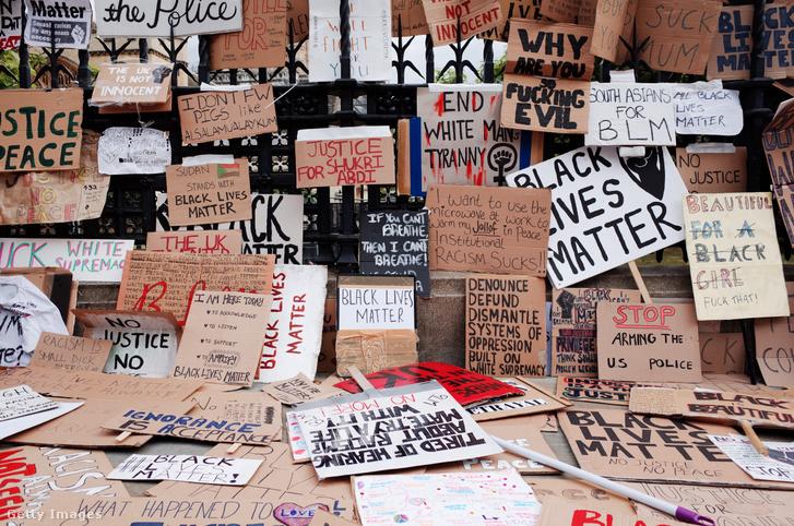 Tüntetők által hátra hagyott plakátok Londonban a parlamentnél 2020. június 7-én.
