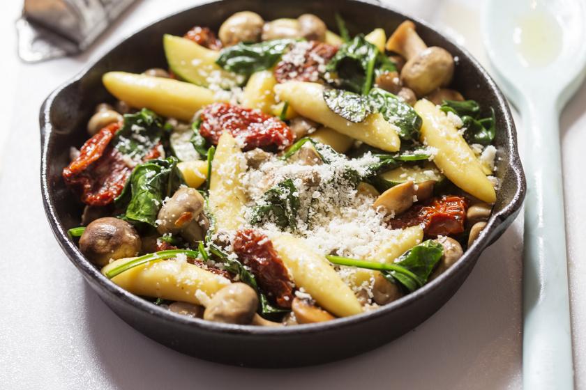 Régimódi krumplinudli sok zöldséggel összesütve: a tészta is nagyon egyszerű
