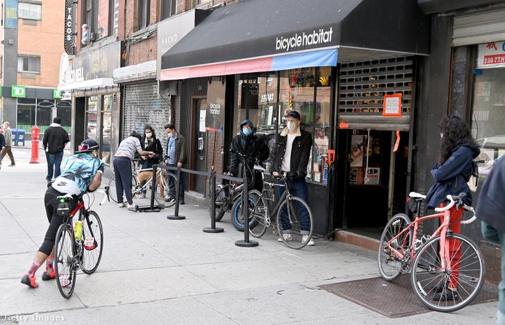 Vásárlók várakoznak egy bringabolt előtt New Yorkban 2020. április 25-én