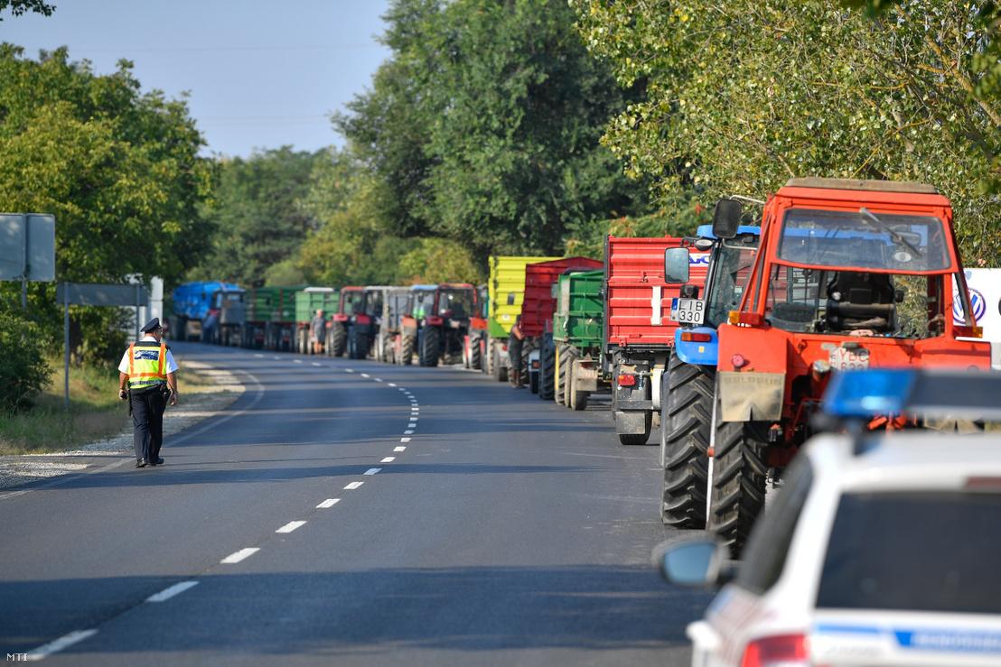 A léalma alacsony felvásárlási ára miatt demonstráló almatermelő gazdák mezőgazdasági járművei a 41-es főúton az Austria Juice feldolgozó és felvásárló üzeme közelében Vásárosnaményban 2018. augusztus 21-én.