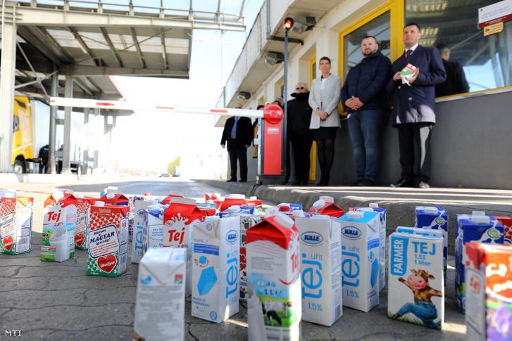 Dobozos tejek a Penny Market üzleteiben olcsón árusított szlovák tej miatt tartott tejtermelői tiltakozáson Alsónémediben az áruházlánc logisztikai központjánál 2019. március 26-án.