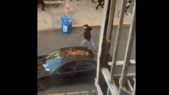 Autóval a tüntetők közé hajtott és lövöldözni kezdett egy férfi Seattle-ben