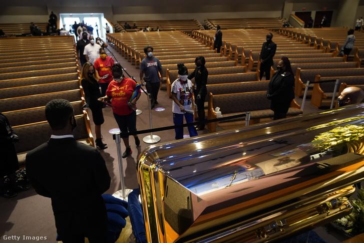 Gyászolók állnak sorban a nyilvános ravatalozáson