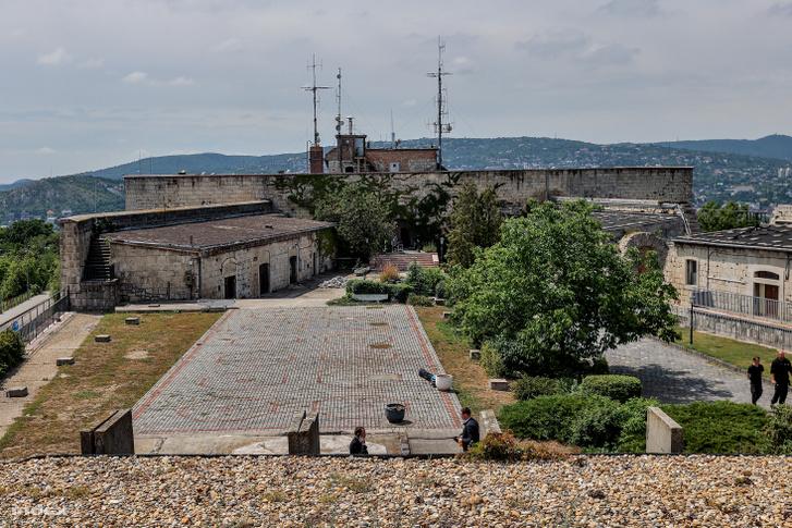 A kilátás az erődre visszafelé, a fejépület irányába, jól látszik, hogy bunker az egykori udvar körülbelül felét elfoglalja